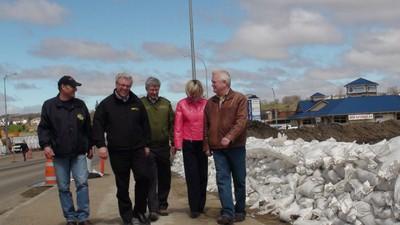 Premier Greg Selinger and Prime Minister Steven Harper attend the flood-fighting scene in Brandon Wednesday, May 11, 2011. (JILLIAN AUSTIN/Winnipeg Sun)