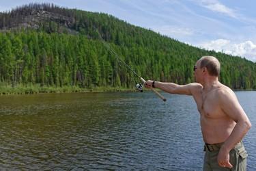 Russia's President Vladimir Putin fishes in Tyva Republic in the Siberian Federal District July 20, 2013. REUTERS/Alexei Nikolskyi/RIA Novosti/Kremlin
