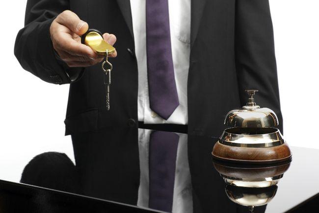 Man hands in his hotel room key. (Fotolia.com)