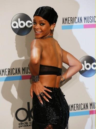 Singer Rihanna poses backstage at the 41st American Music Awards in Los Angeles, California November 24, 2013.  REUTERS/Mario Anzuoni
