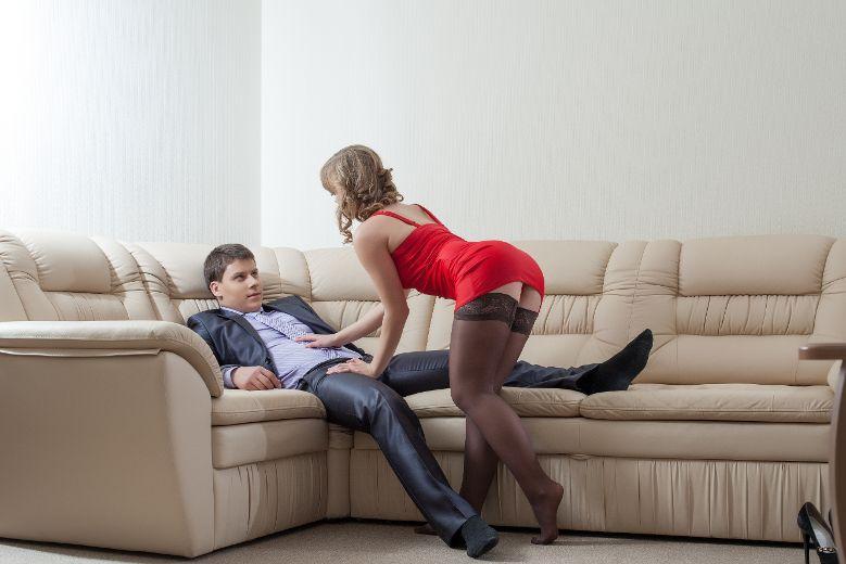 парень пристает к девушке фото