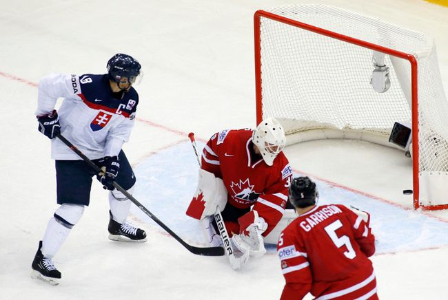 Slovakia's Miroslav Satan scores on Canadian goaltender Ben Scrivens during the world championship in Minsk May 10, 2014. (REUTERS/Vasily Fedosenko)