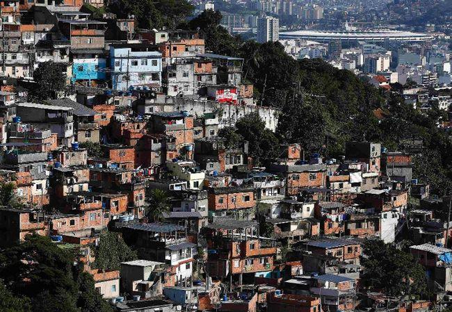 The Maracana Stadium is seen behind a favela in Rio de Janeiro on June 8, 2014. (REUTERS/Eddie Keogh)