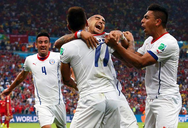 Chile's Mauricio Isla (left to right), Eduardo Vargas, Arturo Vidal and Gonzalo Jara celebrate after scoring against Spain during their World Cup Group B match at Maracana Stadium in Rio de Janeiro, Brazil, June 18, 2014. (JORGE SILVA/Reuters)