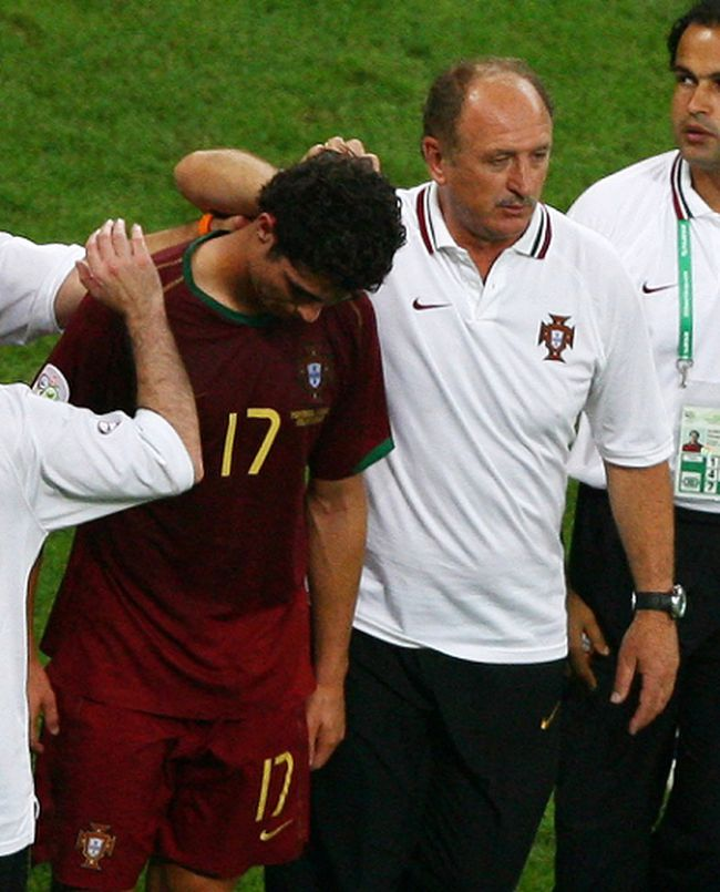 Portugal coach Luiz Felipe Scolari consoles Cristiano Ronaldo during the 2006 World Cup in Germany. (Alex Grimm/Reuters/Files)
