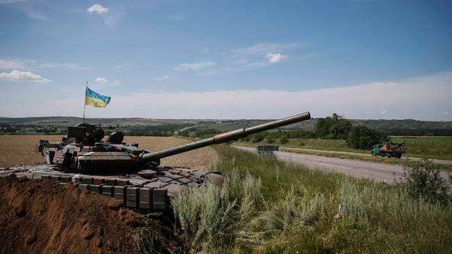 A Ukrainian tank is seen at a position near the eastern Ukrainian city of Konstantinovka July 10, 2014.  REUTERS/Gleb Garanich