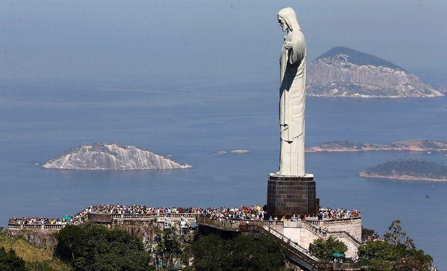 Tourists visit the Christ the Redeemer statue, in Rio de Janeiro June 27, 2014. (REUTERS/Ricardo Moraes)