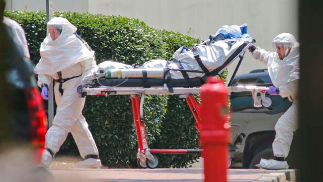 Medical workers roll patient Nancy Writebol into Emory University Hospital in Atlanta Georgia, August 5, 2014.   REUTERS/John Spink/Atlanta Journal Constitution