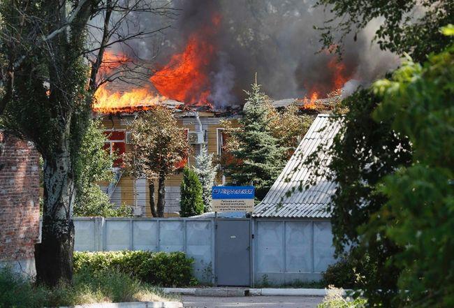 A building of Ukrtelecom telephone company is on fire in the eastern Ukrainian city of Donetsk, August 10, 2014. REUTERS/Sergei Karpukhin