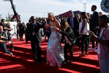 Iggy Azalea arrives at the 2014 MTV Music Video Awards in Inglewood, California August 24, 2014.  REUTERS/Kevork Djansezian (UNITED STATES - Tags: ENTERTAINMENT)(MTV-ARRIVALS)