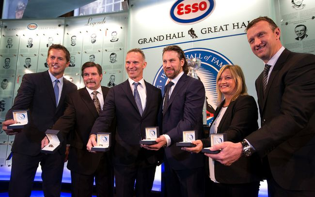 From left: Mike Modano, Bill McCreary, Dominik Hasek, Peter Forsberg, Line Gignac Burns and Rob Blake. (DAVE ABEL/TORONTO SUN)