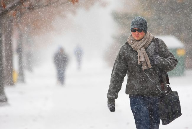 Douglas Scandrett walks through a snow flurry as he heads to classes in London, Ont., on November 19, 2014. (Mike Hensen/QMI Agency)