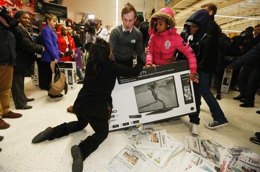 20 Photos Capture The Black Friday Craziness Toronto Sun