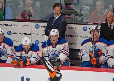 Dallas Eakins, entraîneur-chef des Oilers, lors de la première période de la rencontre entre les Canadiens de Montréal et les Oilers d'Edmonton au Centre Bell, à Montréal, le 22 octobre 2013.  PIERRE-PAUL POULIN/LE JOURNAL DE MONTRÉAL/AGENCE QMI