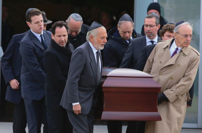 Pallbearers carry the casket of Edward Greenspan at Beth Torah Synagogue on Glenbrook Ave. in Toronto on Sunday December 28, 2014. (Dave Thomas/Toronto Sun)