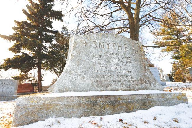 The remarkably nondescript grave of Leafs founder Conn Smythe. (Jack Boland/Toronto Sun)