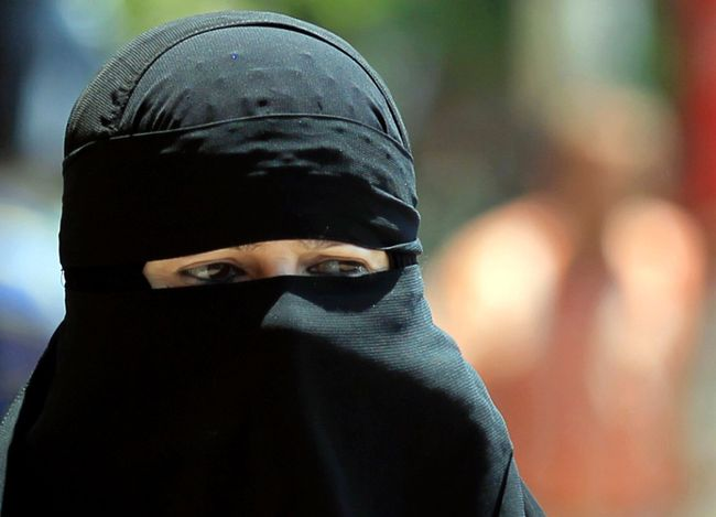 An Egyptian woman wearing nijab walks in Cairo July 19, 2012.  REUTER/Mohamed Abd El Ghany/Files