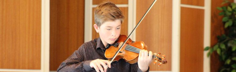 James Bergen performed in the grade nine class with his piece 'Partita No.3 in E Major, Gavotten en Rondeau' receiving thunderous applause. (ANDREW PRUDEN/Morden Times)