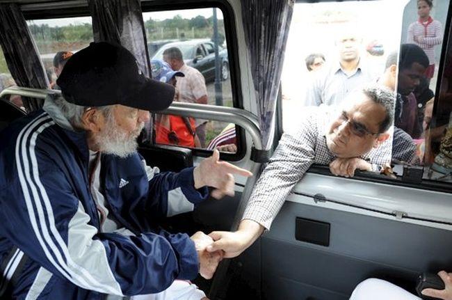 Former Cuban president Fidel Castro talks to a delegation of Venezuelans in Havana on March 30, 2015. (REUTERS/Estudios Revolucion/Cubadebate Handout via Reuters)