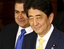Japan's Prime Minister Shinzo Abe (R) and Honduras' President Juan Orlando Hernandez arrive for talks at Abe's official residence in Tokyo July 22, 2015. REUTERS/Thomas Peter