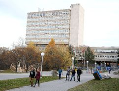 Gino Donato/Sudbury Star Laurentian University students walk in Founder's Square in this file photo.