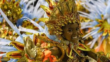 Revelers of the Portela samba school perform during the second night of carnival parade at the Sambodrome in Rio de Janeiro, Brazil on February 16, 2015. AFP PHOTO/YASUYOSHI CHIBA