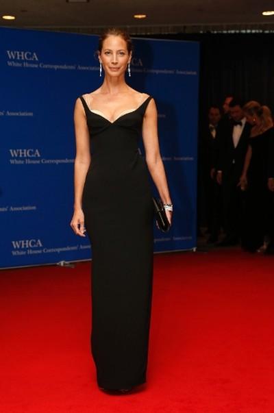 Model Christy Turlington arrives on the red carpet for the annual White House Correspondents Association Dinner in Washington, U.S., April 30, 2016. REUTERS/Jonathan Ernst