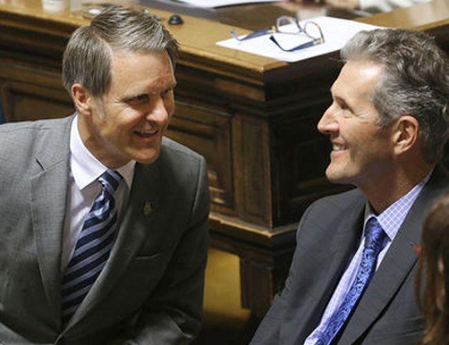 Manitoba finance minster Cameron Friesen (l) chats with Premier Brian Pallister. (Brian Donogh/Winnipeg Sun/Postmedia Network)
