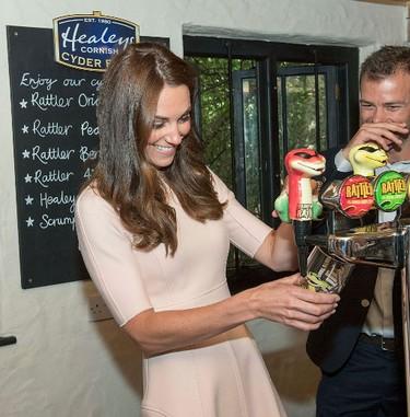 Kate Middleton pours a pint_6