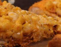 Food blogger invents mind-numbing Mac N' Cheetos pizza. (Screen grab)