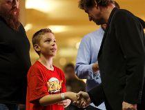 Photos: Edmonton Oilers great Wayne Gretzky sings autographs at West Edmonton Mall_1