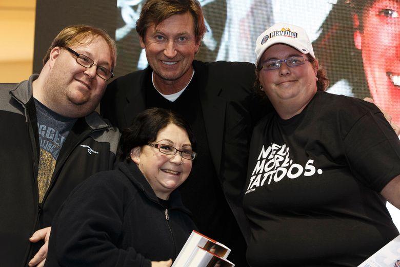 photos edmonton oilers great wayne gretzky signs autographs west mall