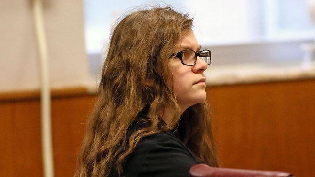 Anissa Weier, left, sits in court Thursday, Sept. 14, 2017, in Waukesha County Court, Waukesha County, Wis. (Michael Sears/Milwaukee Journal-Sentinel via AP, Pool)