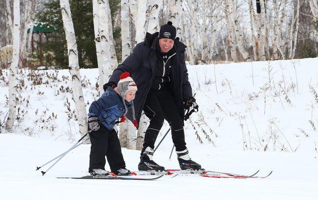 Josh Lahnalampi, 6, and his dad, Clinton, ski the trails at Kivi Park in Sudbury, Ont. on Tuesday January 2, 2018. John Lappa/Sudbury Star/Postmedia Network