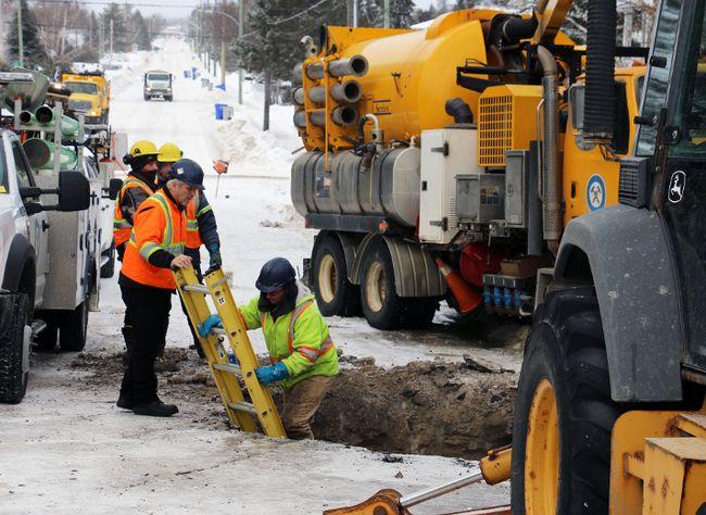 City workers were on the scene all night repairing a watermain break on Brousseau Avenue. LEN GILLIS / Postmedia Network