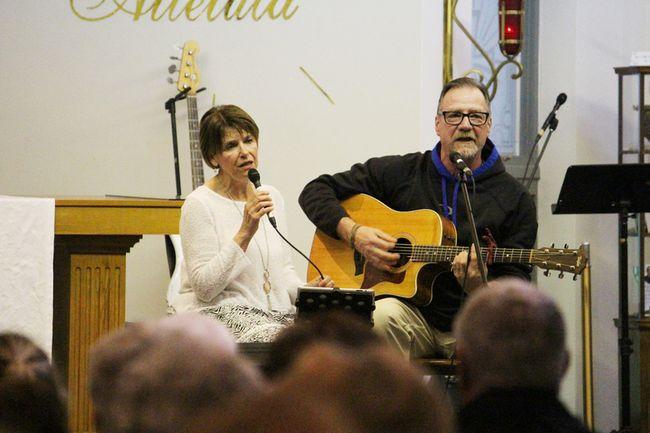 """Sue Cousineau, accompanied by Angelo Paquette sang """"C'est une belle histoire""""."""