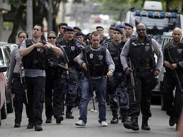 Police arrive at the Tasso da Silveira school where a gunman opened fire on children in the Realengo neighborhood of Rio de Janeiro April 7, 2011.   REUTERS/Ricardo Moraes