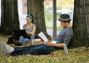 University of Alberta students Patrick Wetzstein and Caitlyn Erickson study outside at the University. (DAVID BLOOM/EDMONTON SUN)