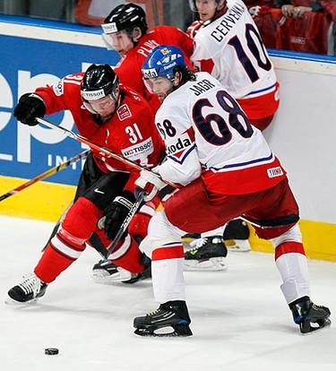 Czech Republic's Jaromir Jagr (R) challenges Matthias Seger of Switzerland during their Ice Hockey World Championships match in Mannheim, May 15, 2010.  (REUTERS)