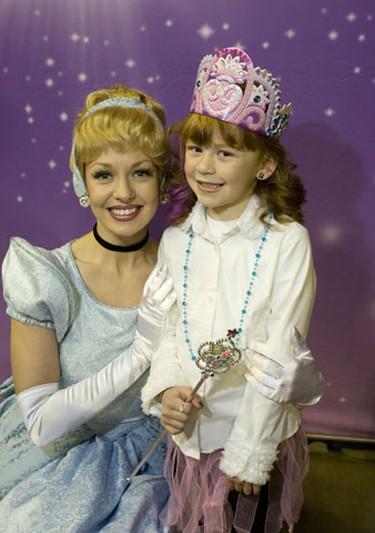 Cinderella poses with 6 year old Hannah Basile. (Toronto Sun/Stan Behal)