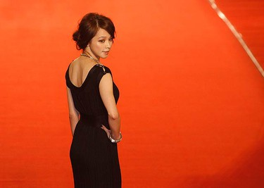 Actress Vivian Hsu arrives for the 46th Golden Horse Awards at Banciao city, Taipei County, on Nov. 28, 2009.  (REUTERS)