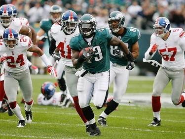 Philadelphia Eagles fullback Leonard Weaver (43) runs for a 41 yard touchdown against the New York Giants during the first quarter of NFL football game action in Philadelphia, Pennsylvania, on Nov. 1, 2009. (REUTERS)