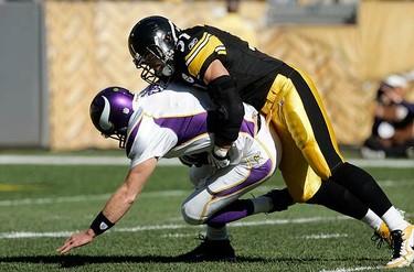 Pittsburgh Steelers linebacker James Farrior (R) sacks Minnesota Vikings quarterback Brett Favre in the first quarter of their NFL football game in Pittsburgh, Pennsylvania on Oct. 25, 2009. (REUTERS)