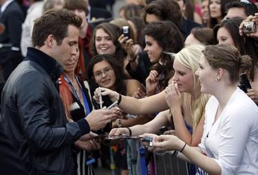 "Actor Ryan Reynolds greets fans at the premiere of the movie ""X-Men Origins: Wolverine"" in Tempe, Arizona April 27, 2009. (Joshua Lott, Reuters)"