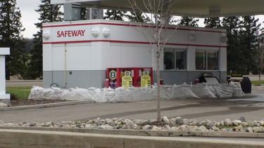 Sandbags surround a Safeway in Brandon as the city copes with the rising Assiniboine River. (JILLIAN AUSTIN/Winnipeg Sun)