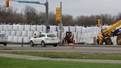 A wall of sandbags lines a road in Brandon as the city copes with the rising Assiniboine River. (JILLIAN AUSTIN/Winnipeg Sun)