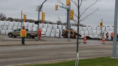 Crews work near a wall of sandbags in Brandon. (JILLIAN AUSTIN/Winnipeg Sun)