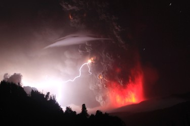 Lightning bolts strike around the Puyehue-Cordon Caulle volcanic chain near southern Osorno city June 5, 2011. REUTERS/Ivan Alvarado