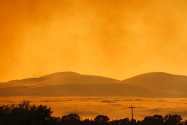 Smoke from the Wallow Wildfire billows over the White Mountains near Eagar, Arizona June 7, 2011. REUTERS/Joshua Lott
