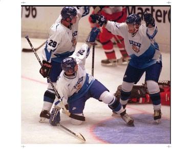 Selanne scores for Team Finland.